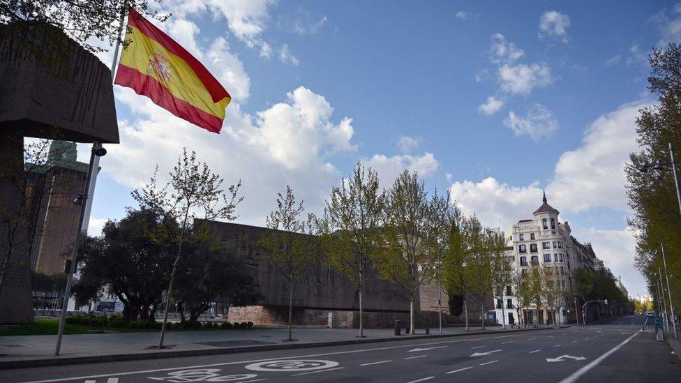 Calle desierta en Madrid.