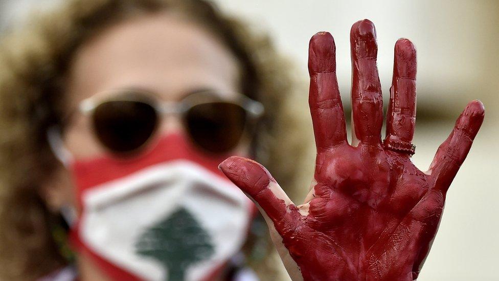 متظاهرة لبنانية