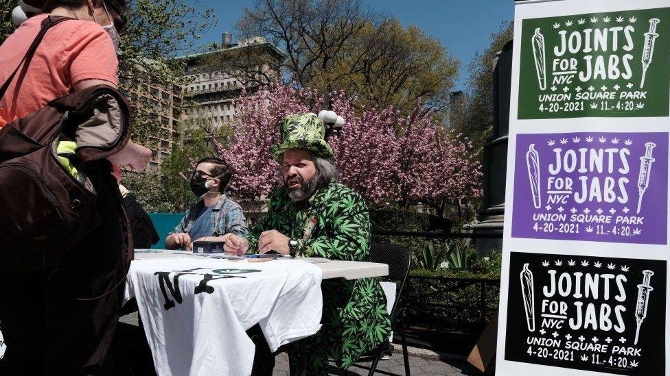 美國紐約聯合廣場旁支持大麻合法化活動人士向已接種疫苗民眾派發大麻煙(20/4/2021)