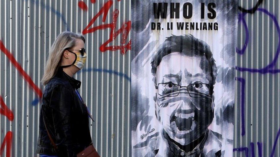 在捷克布拉格街頭,有人在牆上貼上中國新冠疫情吹哨人李文亮的虹海報,表達中國抗疫初期涉及隱瞞的不滿。