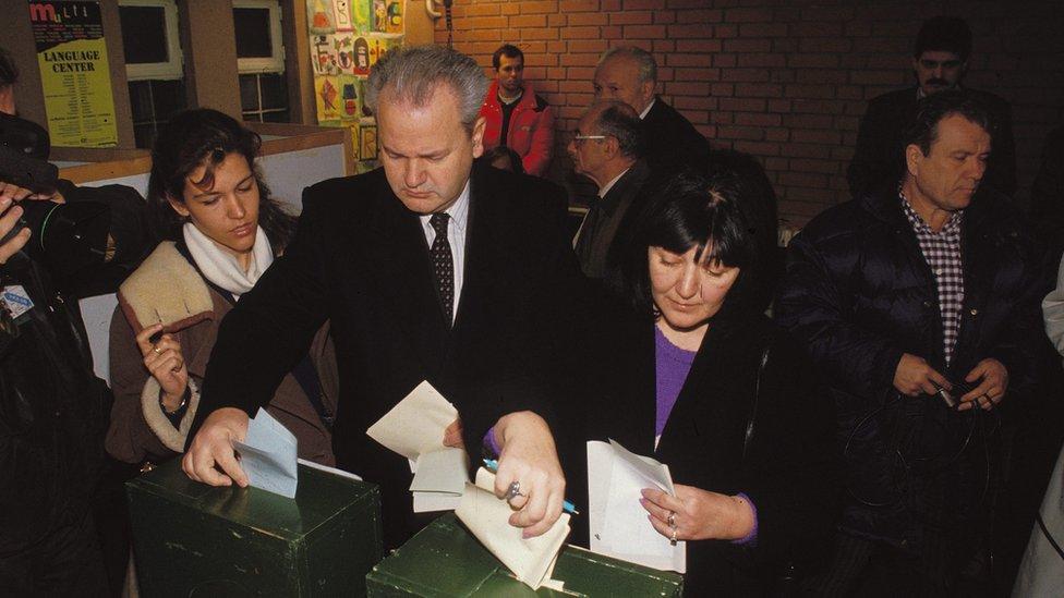 Bračni par Milošević-Marković glasa na izborima 1992. godine, 20. decembar, Beograd
