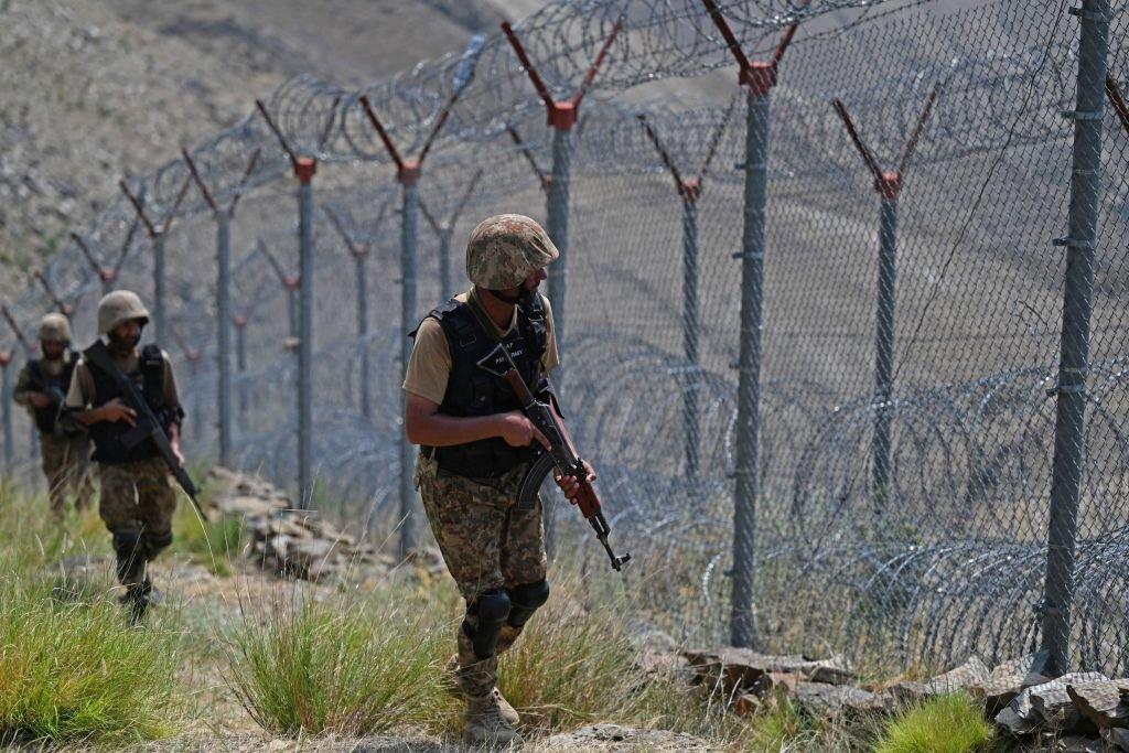 Soldados paquistaníes vigilan la valla fronteriza