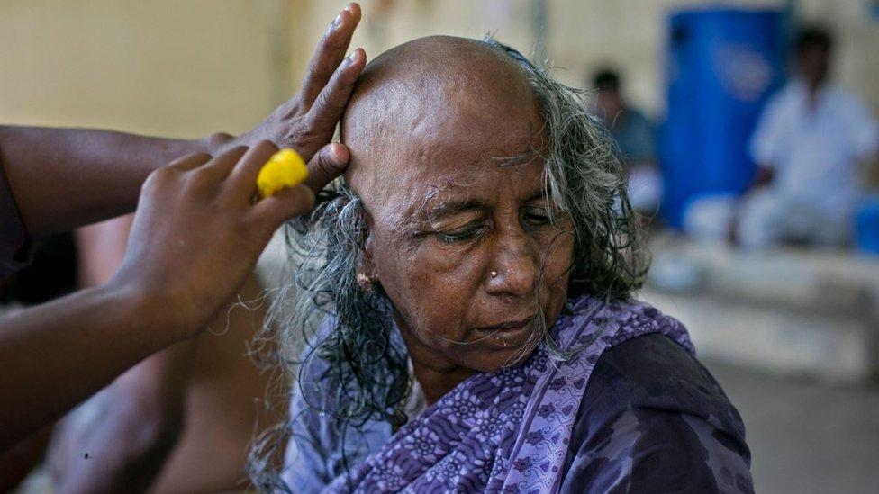 Mujer a la que le cortan el pelo