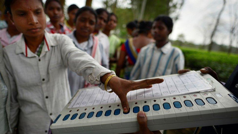 印度大選將為期一個月,選民會以圖片內的電子投票機選擇屬意的候選政黨。