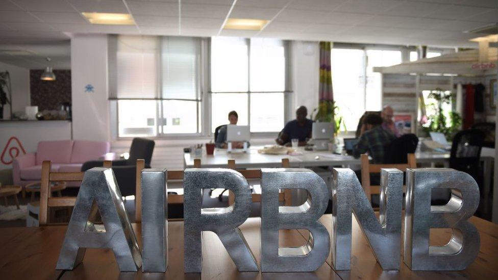 Працівники французького офісу Airbnb