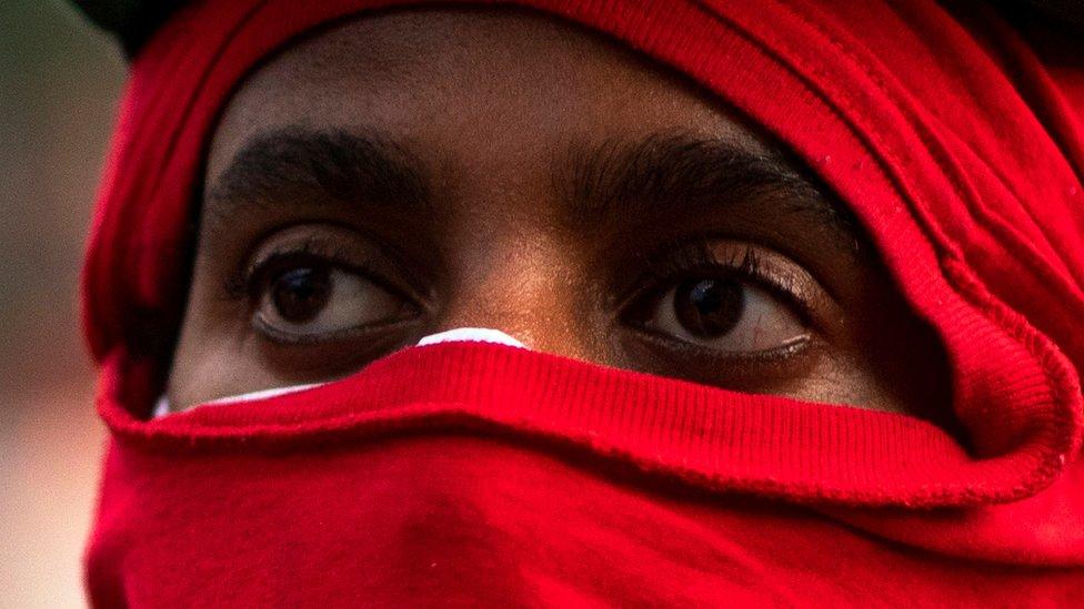 Ojos de un manifestante en Denver, Colorado