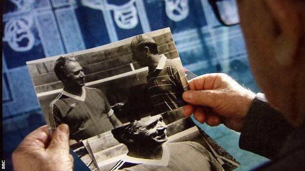 Entre los recuerdos de Simonyan está una foto de él con la leyenda del fútbol inglés Bobby Charlton.