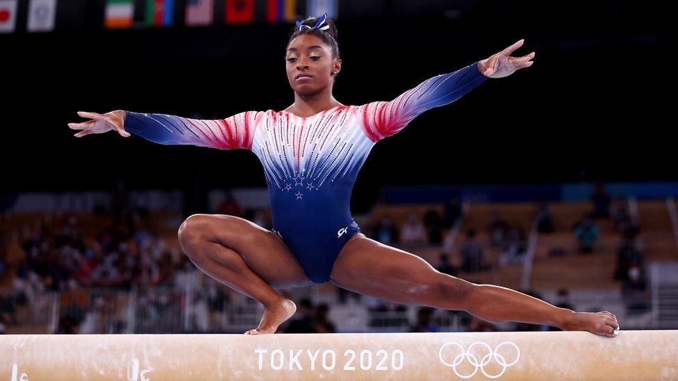 Simones Biles en su rutina en la viga de equilibrio en Tokyo 2020