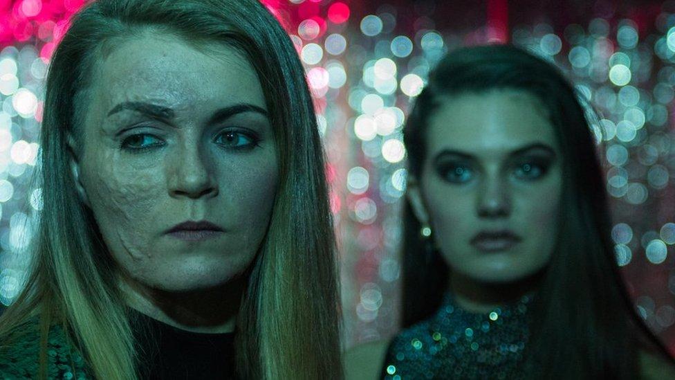 Vicky Knight mira fuera de cámara con la actriz que interpreta a su amiga en la película.