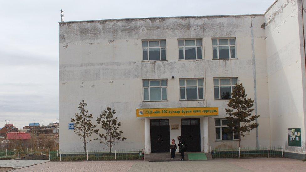 المدرسة 107 ، في أولان باتور ، حيث درس أوشيرو