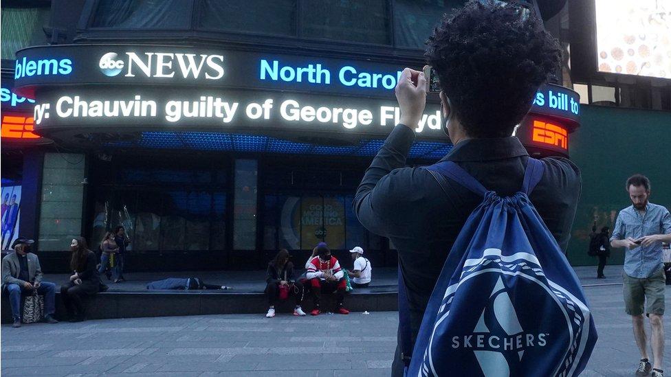Una persona saca una foto del anuncio del veredcito a Cahuvin