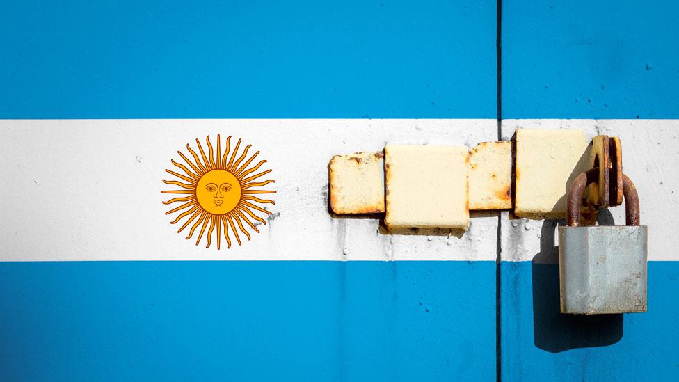 Bandera argentina con un candado