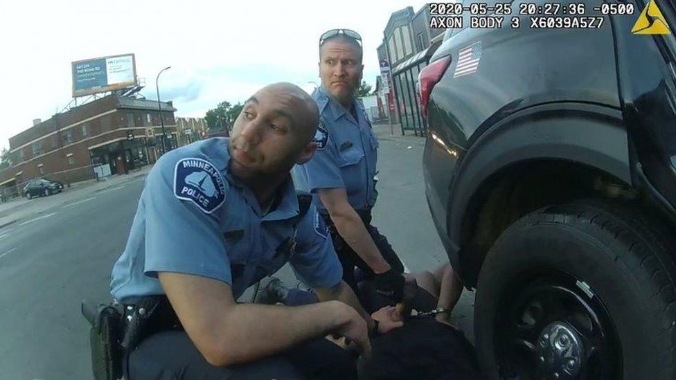 Un video de una cámara policial en la detención de George Floyd