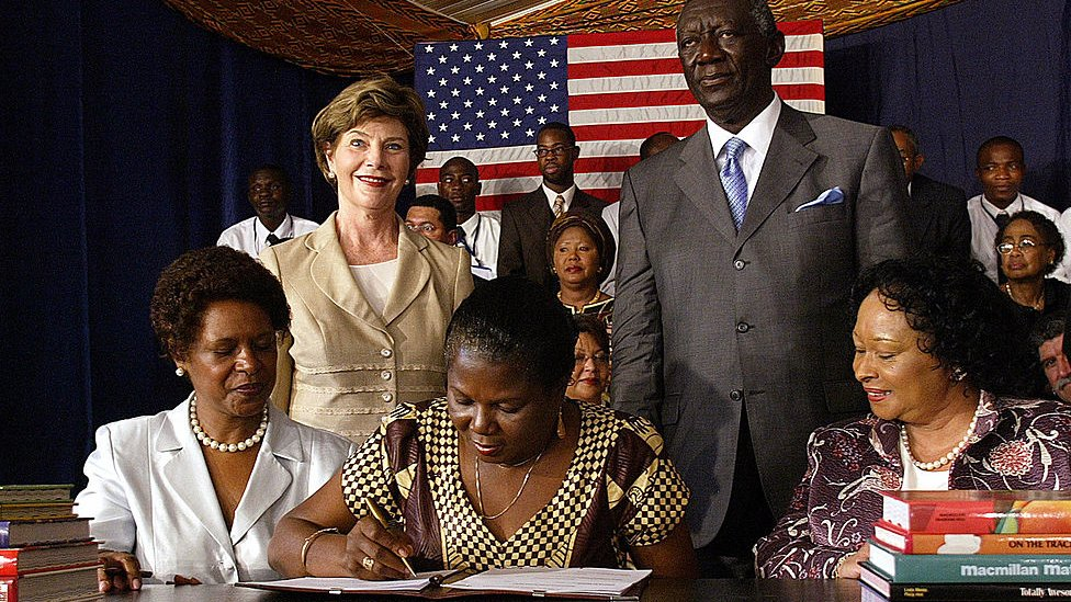 Ohene con el presidente de Ghana y Laura Bush en 2006.