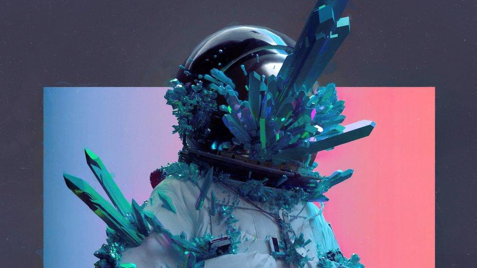 Un traje espacial con cristales que sobresalen del casco.