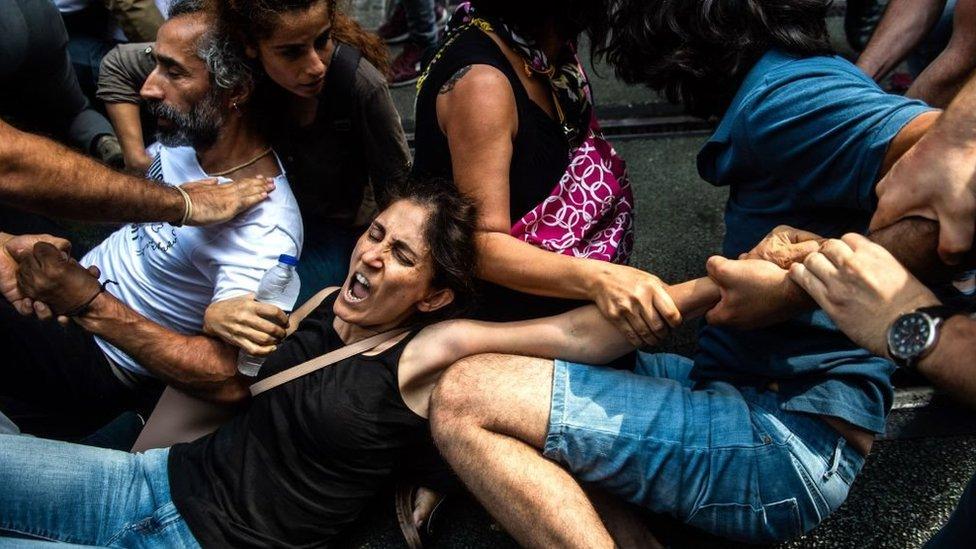 """احتجاج """"أمهات السبت"""" الذي تعرض للتفريق من قبل الشرطة التركية برشاشات المياه والغاز المسيل للدموع. اسطنبول 25 أغسطس/آب 2018"""