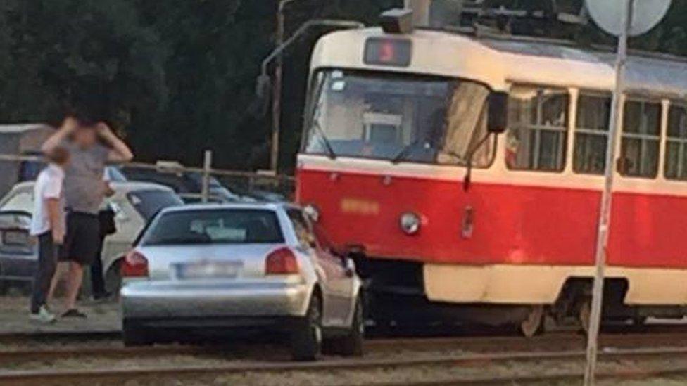У Києві авто збило сім'ю на переході, а потім заблокувало рух трамваїв
