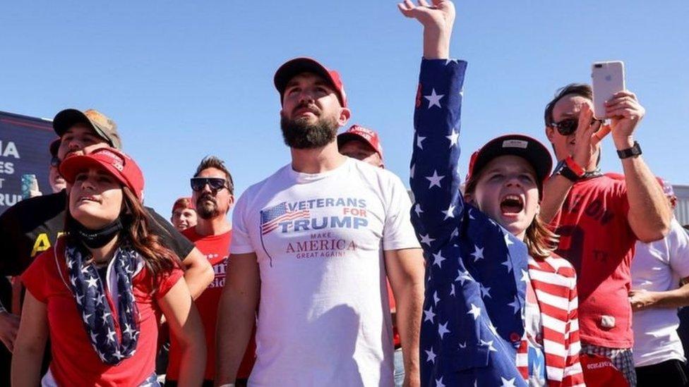 سخر ترامب في فعاليات انتخابية عامة من ارتداء أقنعة الوجه