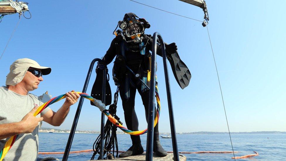 Ronilac se priprema za sko u vodu