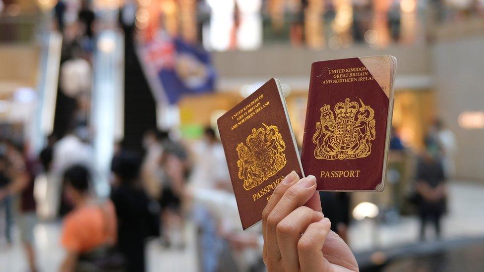 香港反修例示威現場一名示威者舉起兩本英國國民(海外)護照(1/6/2020)