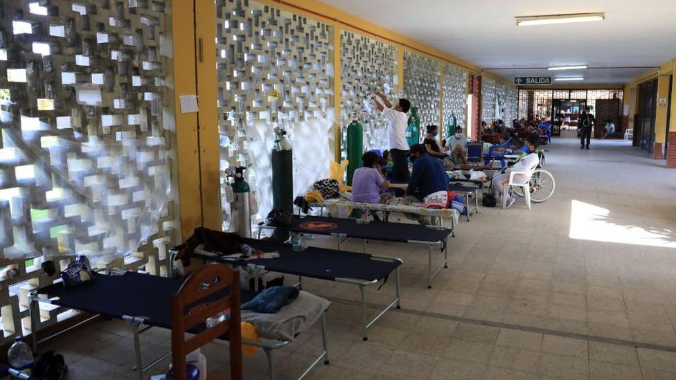 Camas de hospital en un corredor en Perú