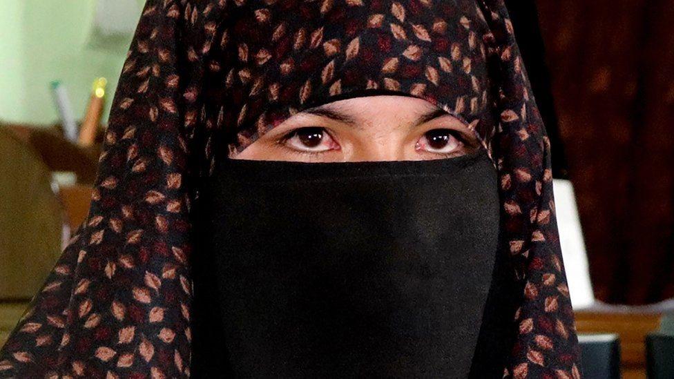 فتاة ترتدي البرقع