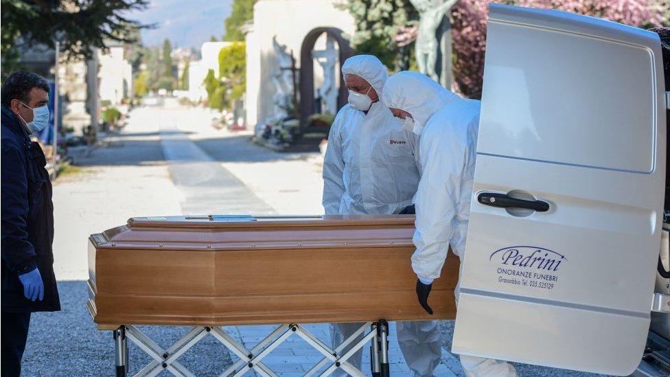 Los trabajadores de empresas funerarias vestidos con equipamiento de seguridad adecuado.