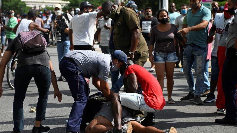 Detención de un manifestante en La Habana, Cuba.