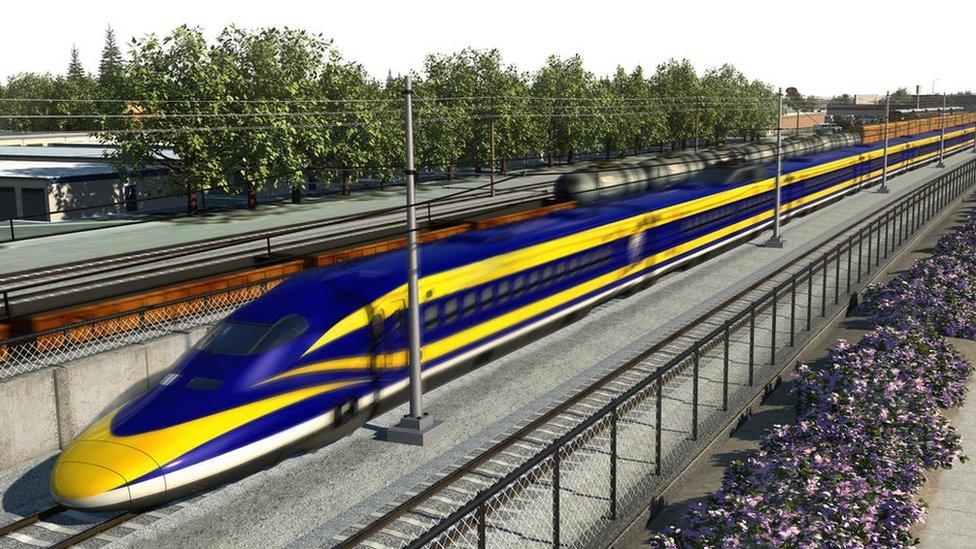 Esta es una imagen proyectada en 3D (no de la vida real) del tren de colores amarillo y azul en ruta por unos rieles en Fresno.