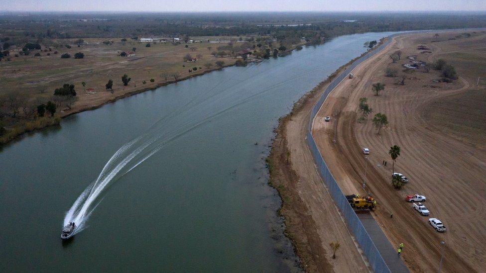Vista aérea del muro en paralelo al río Bravo (río Grande)