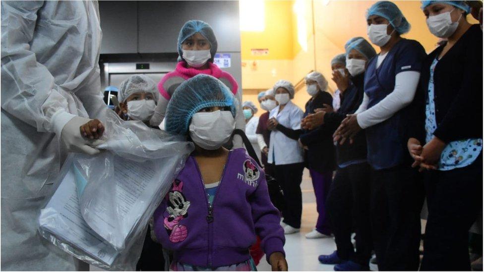 El personal médico despidió a los menores con aplausos y lágrimas.