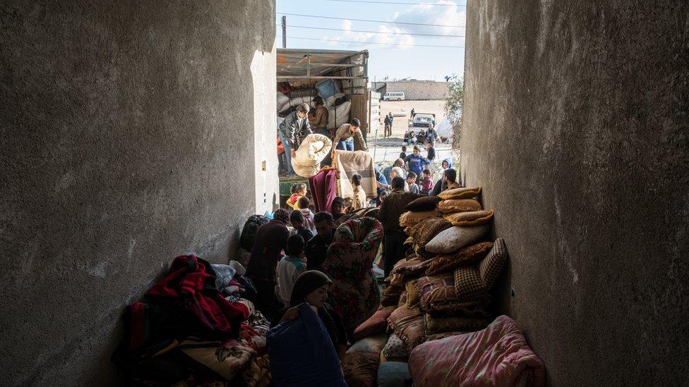 Geçen yıl Afrin'den Tel Rıfat'a göçen aileler, yanlarında yaşıyabildikleri kadar eşya almıştı