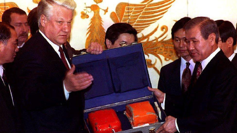 El expresidente ruso Boris Yeltsin con la caja negra del vuelo 007.