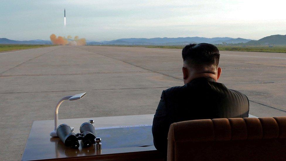 Kim Jong-un observa el lanzamiento de un misil.