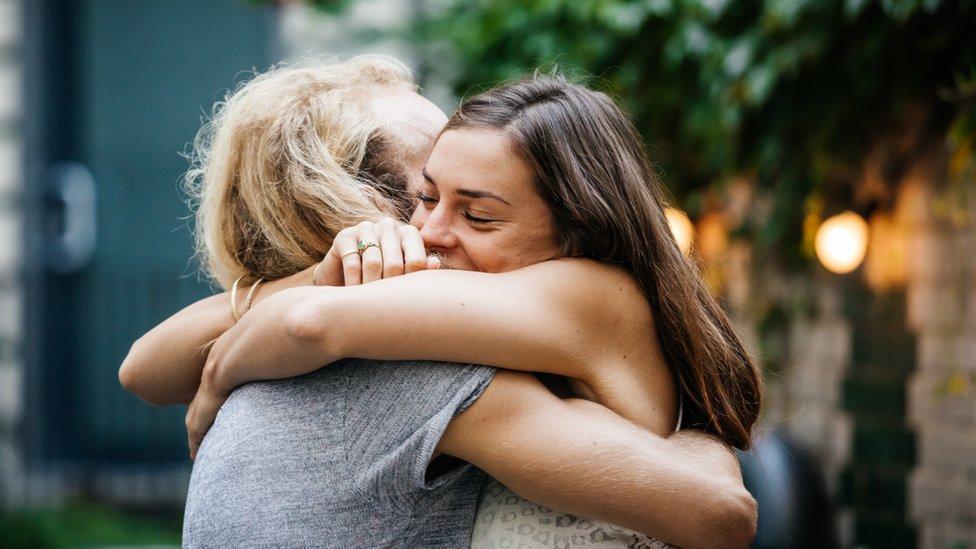 dos mujeres abrazándose