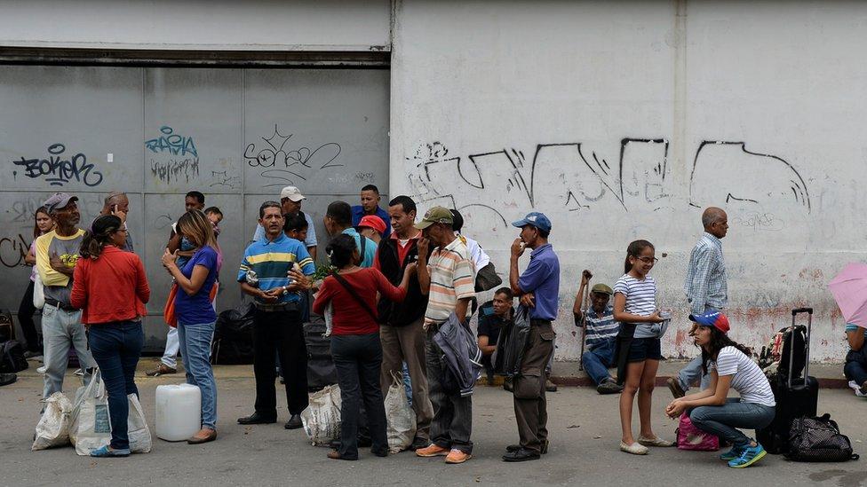 Cola de venezolanos en espera de transporte público.