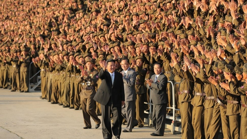 Kim Jong-un saluda a la multitud en un acto con militares en Pyongyang.