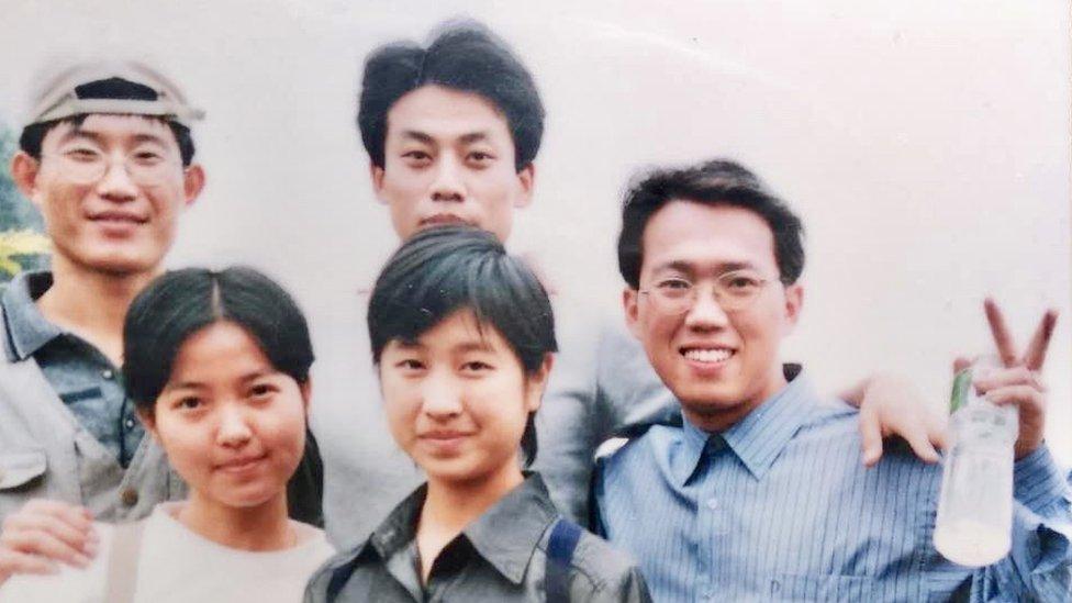 Weiping Qin (derecha) fue un líder estudiantil en la Escuela Naval de Guangzhou (Cantón), en 1999.