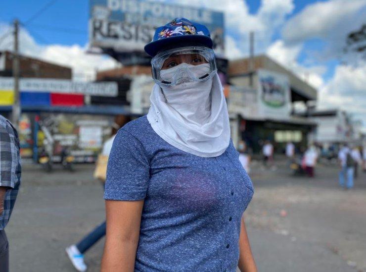 Una joven manifestante en Cali.