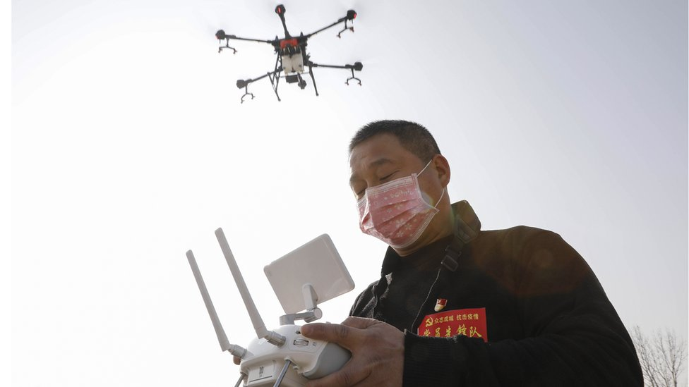 Un técnico volando un drone