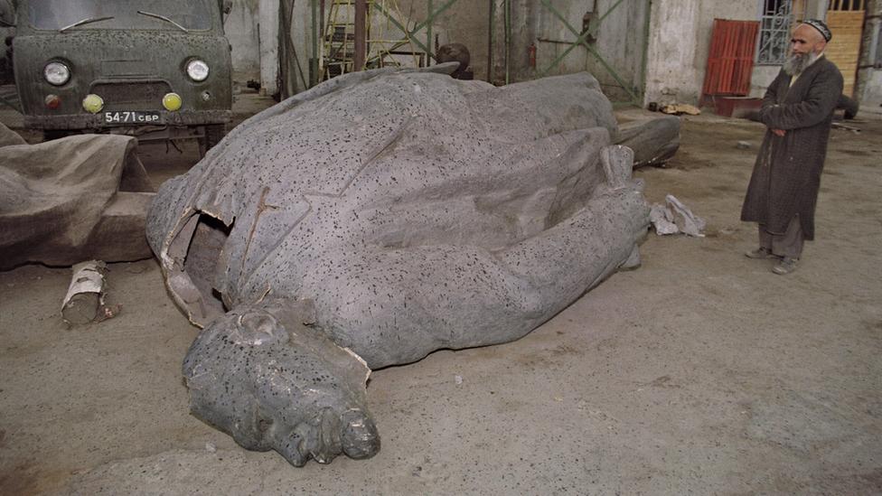 Para ulama Tajik sisihkan sedekah umat untuk mendirikan lagi patung Lenin