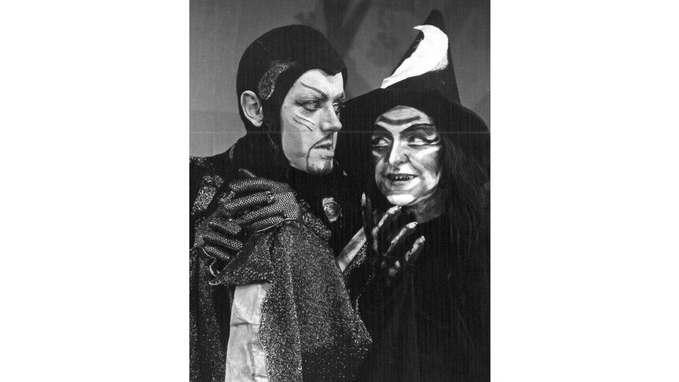 Gweld Sêr (1972): Grey Evans fel y Dewin Gwyrdd a Iona Banks fel y Wrach Ddu