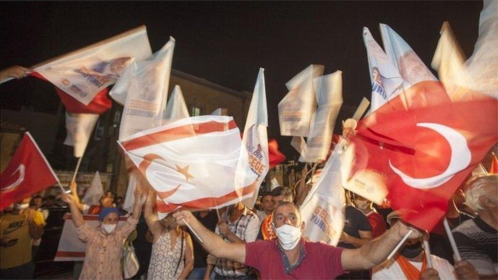 أنصار إرسين تتار يحتفلون بفوزه في الجزء الشمالي من العاصمة المقسمة نيقوسيا
