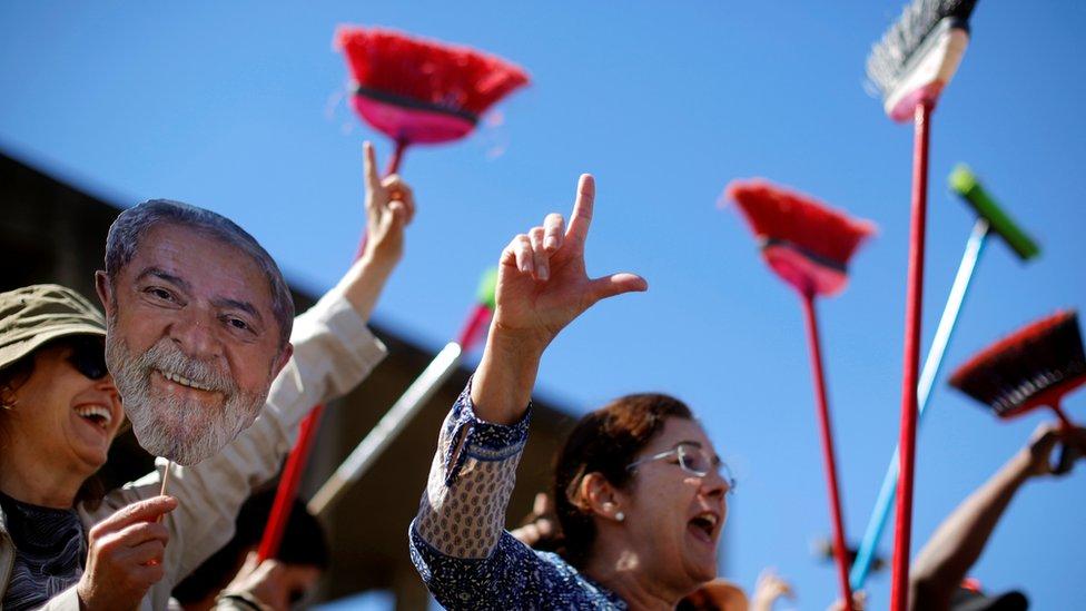 Escobas en mano, los partidarios de Lula piden la dimisión de Sergio Moro.