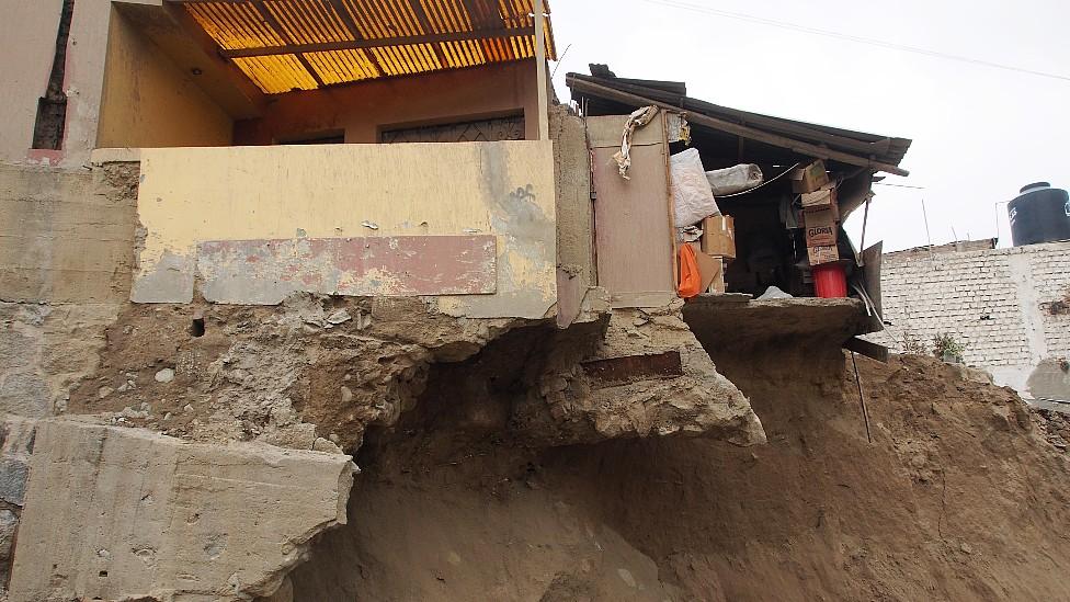 Casa suspendida sobre apenas una parte de sus cimientos debido a un deslave en San Antonio del Pedregal, Chosica, Lima, Perú