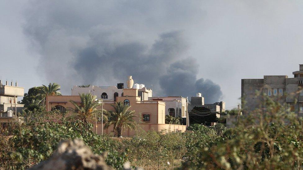 Dim se diže iznad zgrada u Tripoliju