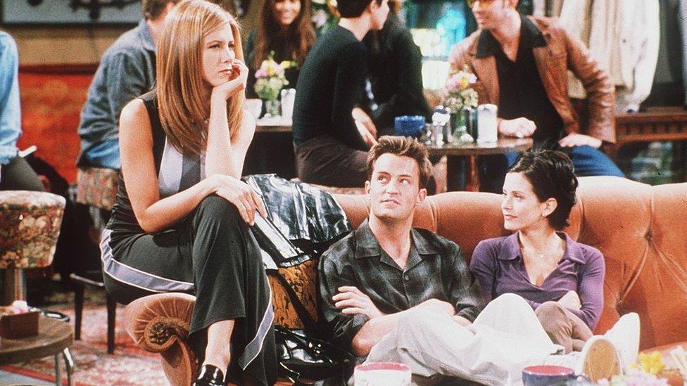 Rachel, Chandler y Mónica en Central Perk