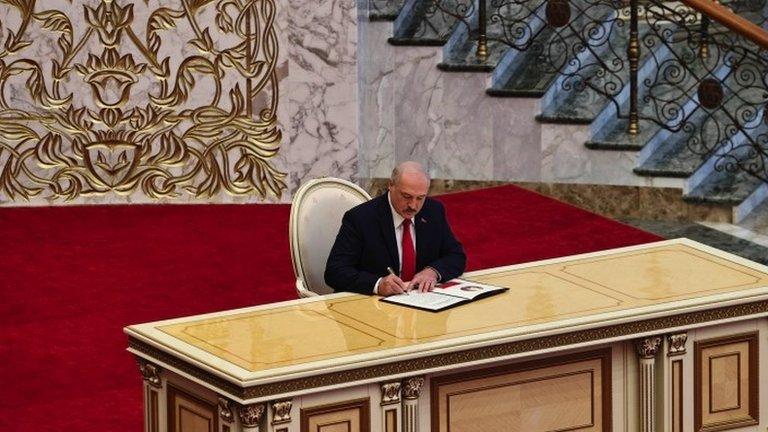 Огорошил всех. Лукашенко неожиданно вступил в должность президента Беларуси