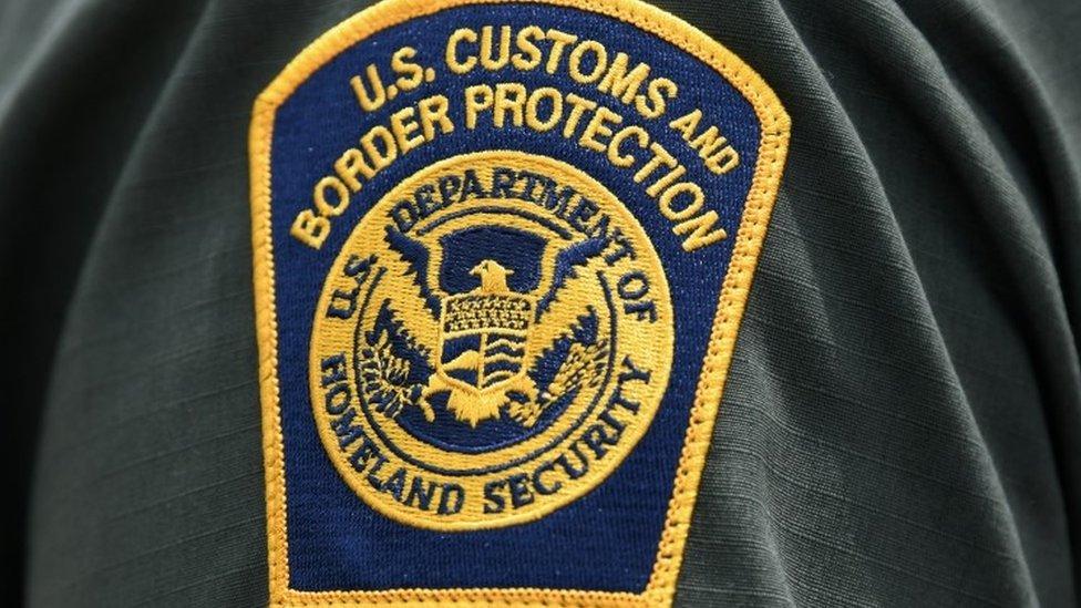 Emblema de la Oficina de Aduanas y Protección Fronteriza de Estados Unidos.
