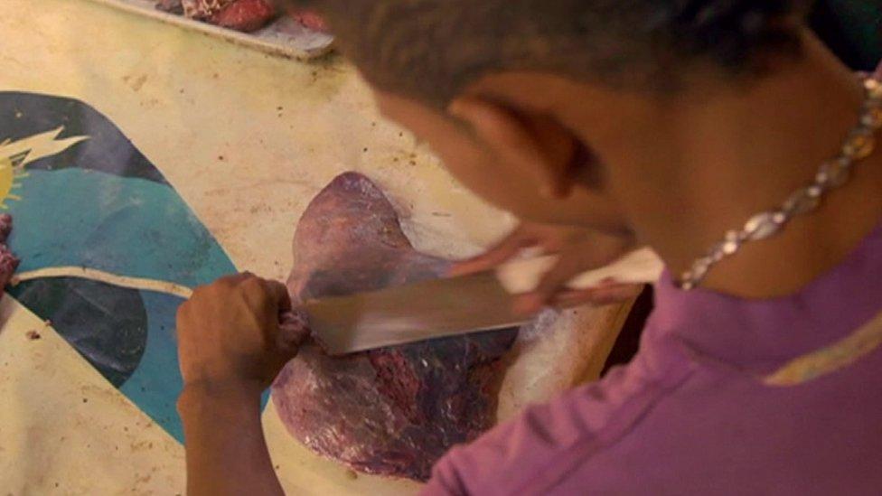 Daging busuk yang dijual di kota Maracaibo, kota yang pernah menjadi pusat produksi minyak Venezuela.